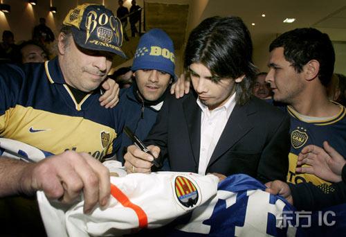 图文-瓦伦西亚新人抵达西班牙给现场球迷签名