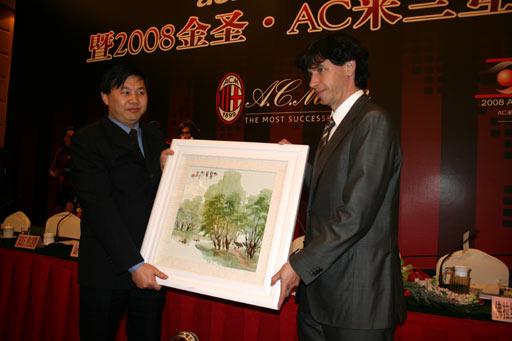 图文-AC米兰在京召开新闻发布会中方赠送礼物