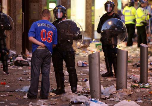 图文-联盟杯决赛引发球迷骚乱球迷接受警察询问