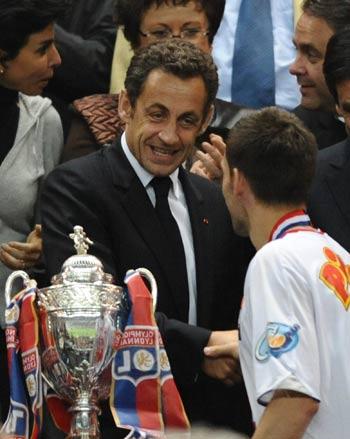 图文-[法国杯]里昂1-0巴黎圣日耳曼总统亲自颁奖