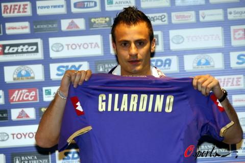 图文-吉拉迪诺正式亮相佛罗伦萨展示紫百合战袍