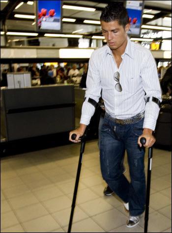 图文-C罗完成脚踝手术返回葡萄牙C罗小心踱步