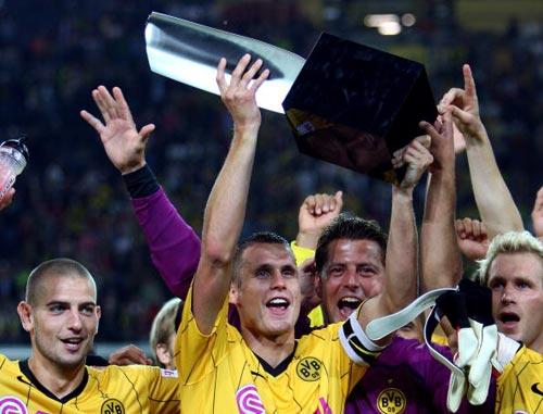 图文-[德超级杯]拜仁1-2多特蒙德队长凯尔捧杯