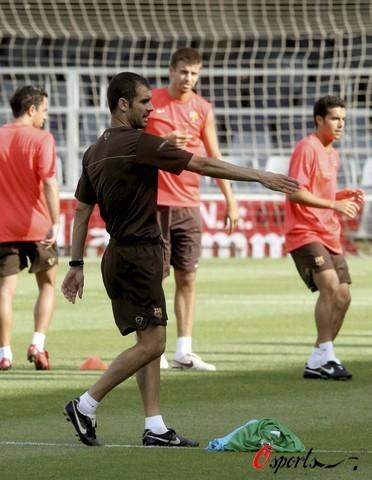 图文-梅西随巴塞罗那队训练带头大哥指挥战斗