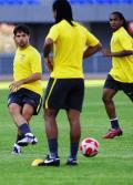 图文-巴西国奥队在沈阳备战 迭戈脚弓传球