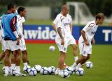 图文-英格兰队集结备战热身赛球员进球有球训练