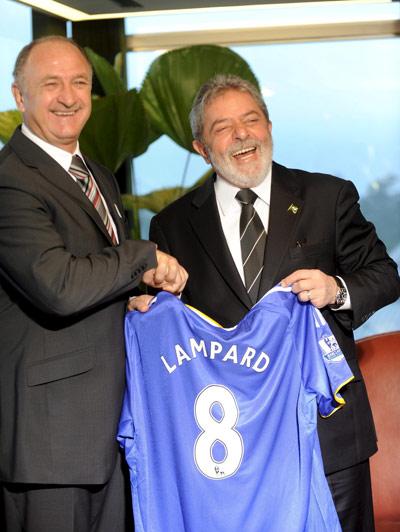 图文-斯科拉里拜访巴西总统卢拉接过兰帕德8号球衣
