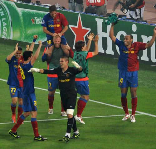 图文-[欧冠]巴塞罗那2-0曼联巴萨将士欢庆击败曼联