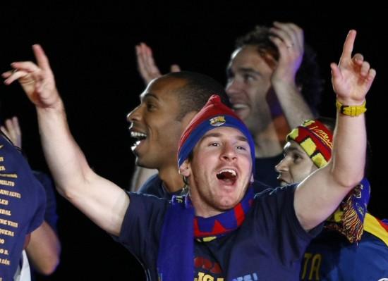 图文-巴塞罗那回国庆祝球队夺冠梅西酷似圣诞老人