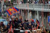 图文-巴萨捧杯回国举行游街狂欢球员挥舞巴萨队旗