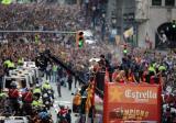 图文-巴萨捧杯回国举行游街狂欢球员在前美女在后