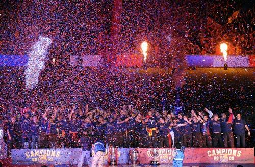 图文-巴萨返回诺坎普庆祝夺冠诺坎普成欢庆海洋