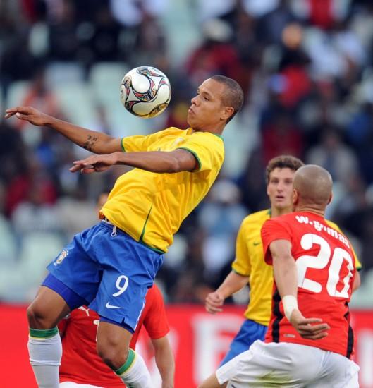 图文-[联合会杯]巴西VS埃及法比亚诺胸部停球