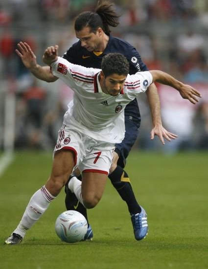 图文-[奥迪杯]AC米兰4-5博卡青年帕托与马里诺拼抢