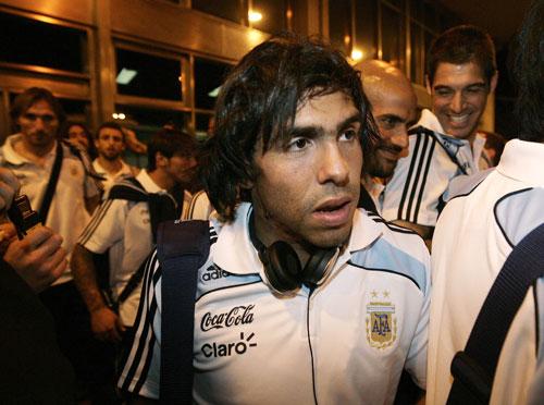 图文-阿根廷抵达乌拉圭将迎生死战特维斯一脸倦容