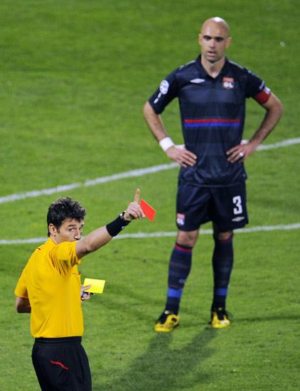 图文-[欧冠]里昂0-3拜仁里昂队长为不冷静付出代价