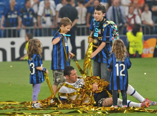 图文-09/10赛季欧冠颁奖仪式孩子与马特拉齐同庆