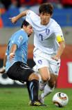与乌拉圭队球员拼抢