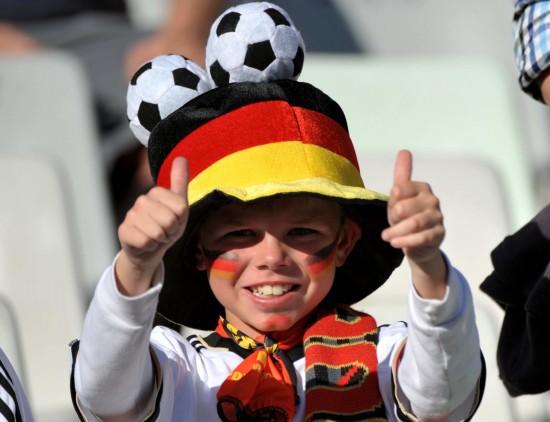 图文-[1/8决赛]德国vs英格兰 小球迷当人不让