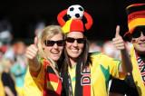 德国球迷场边合影