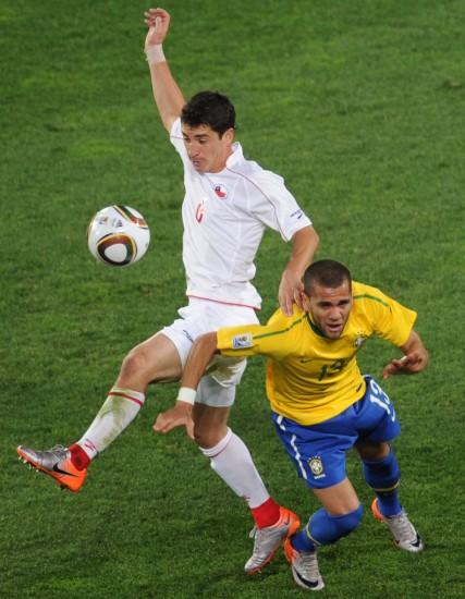 图文-[1/8决赛]巴西3-0智利阿尔维斯卡莫纳争夺