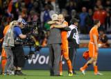 罗本与主教练拥抱
