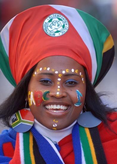 图文-世界杯美女与足球共舞南非球迷精心装扮