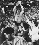 迪诺-佐夫高举世界杯