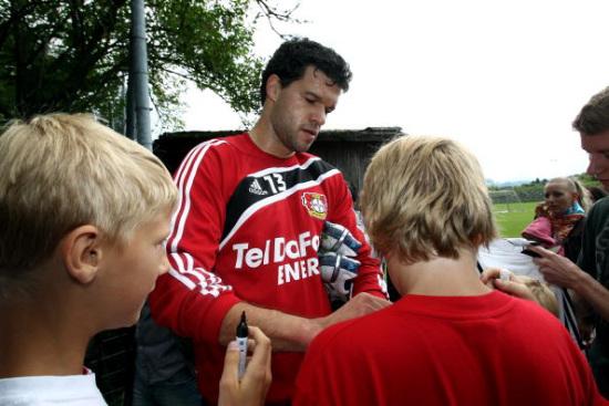 图文-巴拉克随勒沃库森队训练为小球迷签名