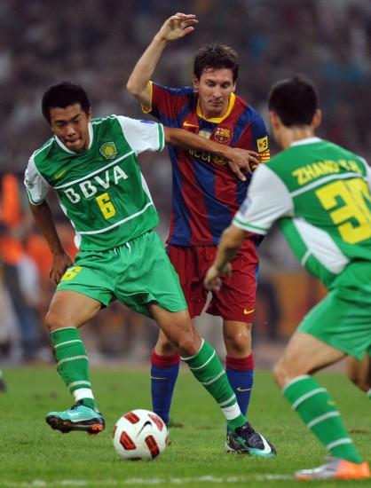 图文-[友谊赛]巴塞罗那3-0北京国安徐亮断下梅西