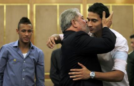 图文-巴西总统卢拉会见桑托斯天才卢拉亲吻甘索