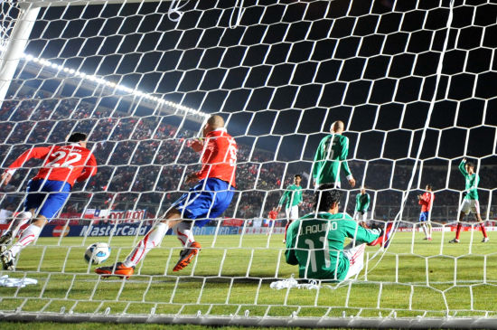 图文-[美洲杯]智利2-1墨西哥 墨西哥队门前混乱