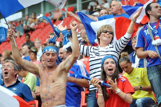 女足世界杯英格兰vs法国 法球迷在比赛前鼓噪