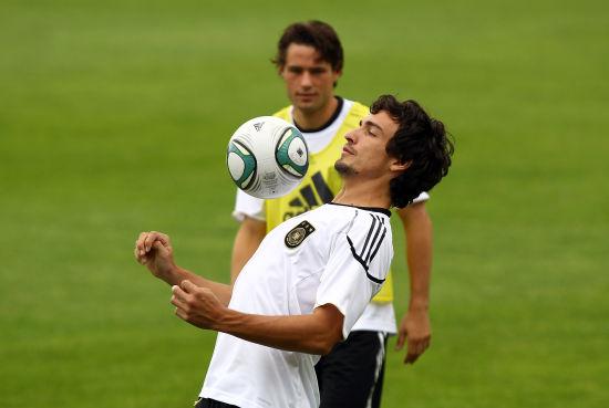 队训练及发布会 胡梅尔斯胸部停球_国际足球-