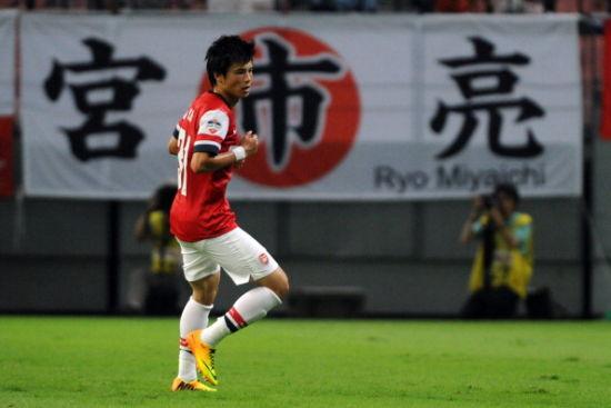 日本球迷打出横幅为宫市亮加油