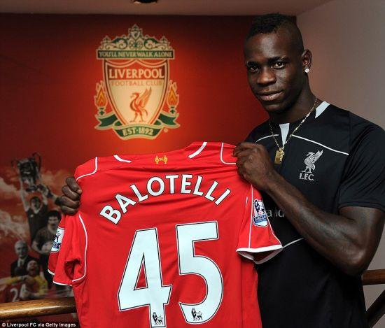 巴洛特利展示自己的利物浦45号球衣