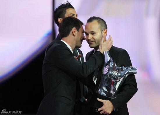 伊涅斯塔获奖,感谢巴萨和西班牙的队友们
