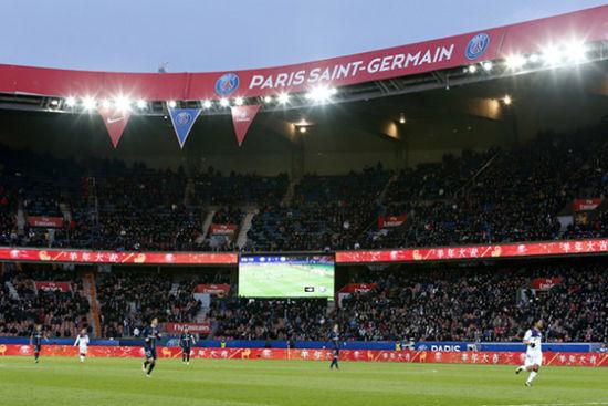 """巴黎圣日耳曼向中国球迷拜年 主场广告牌打出汉字""""羊年大吉"""""""