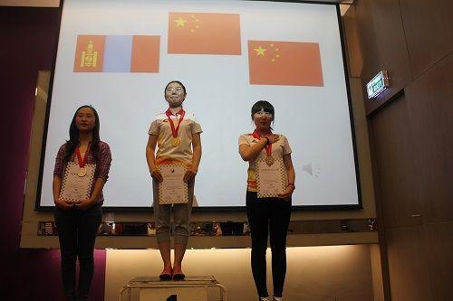 图一:我国选手阿拉腾花(中)获得女子组常规赛冠军,成为我国首位女子国际特级大师;廉博(右)获得该组别季军