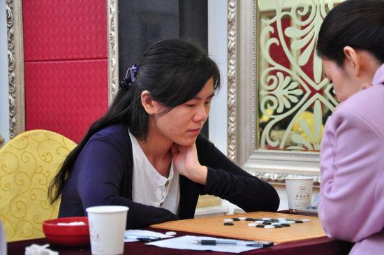 """""""妙手杯""""2014年全国五子棋锦标赛女子组冠军汪清清(左)。李洁摄"""