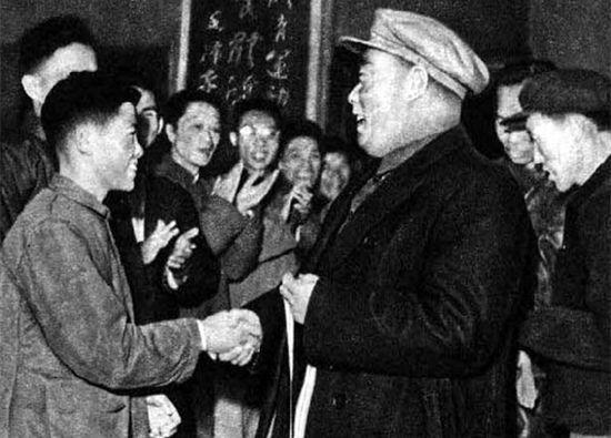 1960年,陈毅元帅为15岁的全国冠军胡荣华颁奖