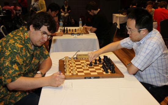 倪华(右)在比赛中