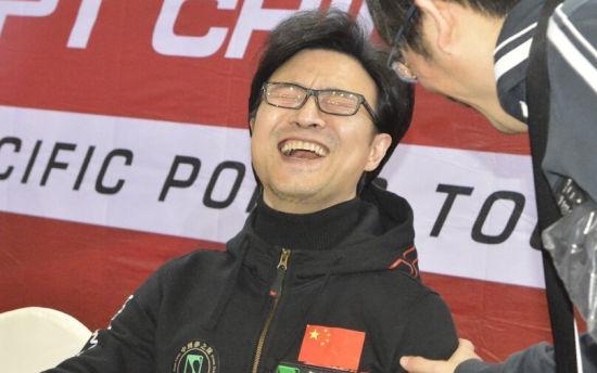 汪峰打德扑大笑的照片不久前广为流传