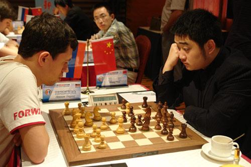 图文-中俄国象对抗赛慢棋第2轮王�h瞪着大眼思考