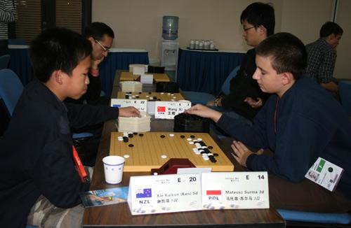图文-智运会围棋男子个人赛第4轮小棋手棋盘很紧凑