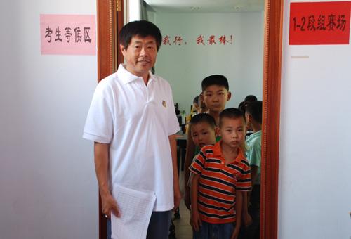 图文-中国围棋星级考日照站小朋友排队准备考试