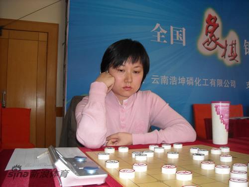 图文-全国象棋个人赛第3轮现场文静专注棋局
