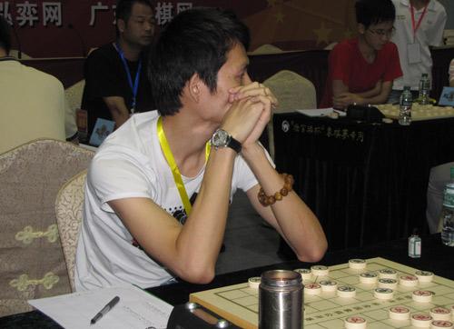 图文-杨官�U杯第3轮现场聚焦郑一泓看其他对局