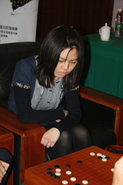 图文-理光杯围棋赛混双决赛 宋容慧愁眉不展