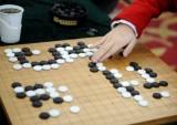 女棋手落子中
